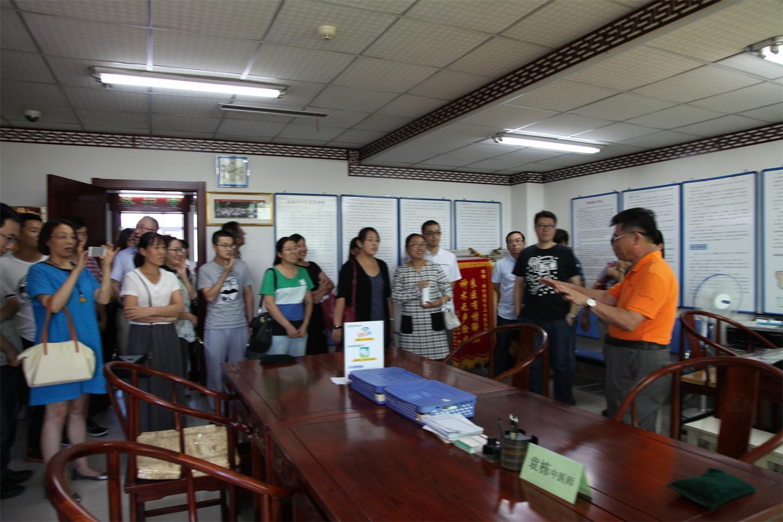 学员们在黄衍强院长和韩克敏副院长的陪同下参观了我院的特色门诊科室